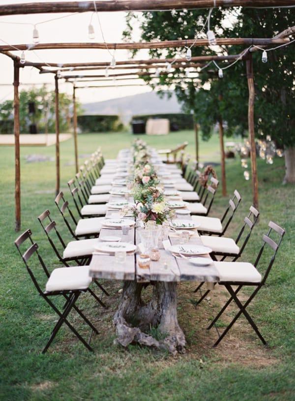 long-tree-stump-reception-table-cafe-lights