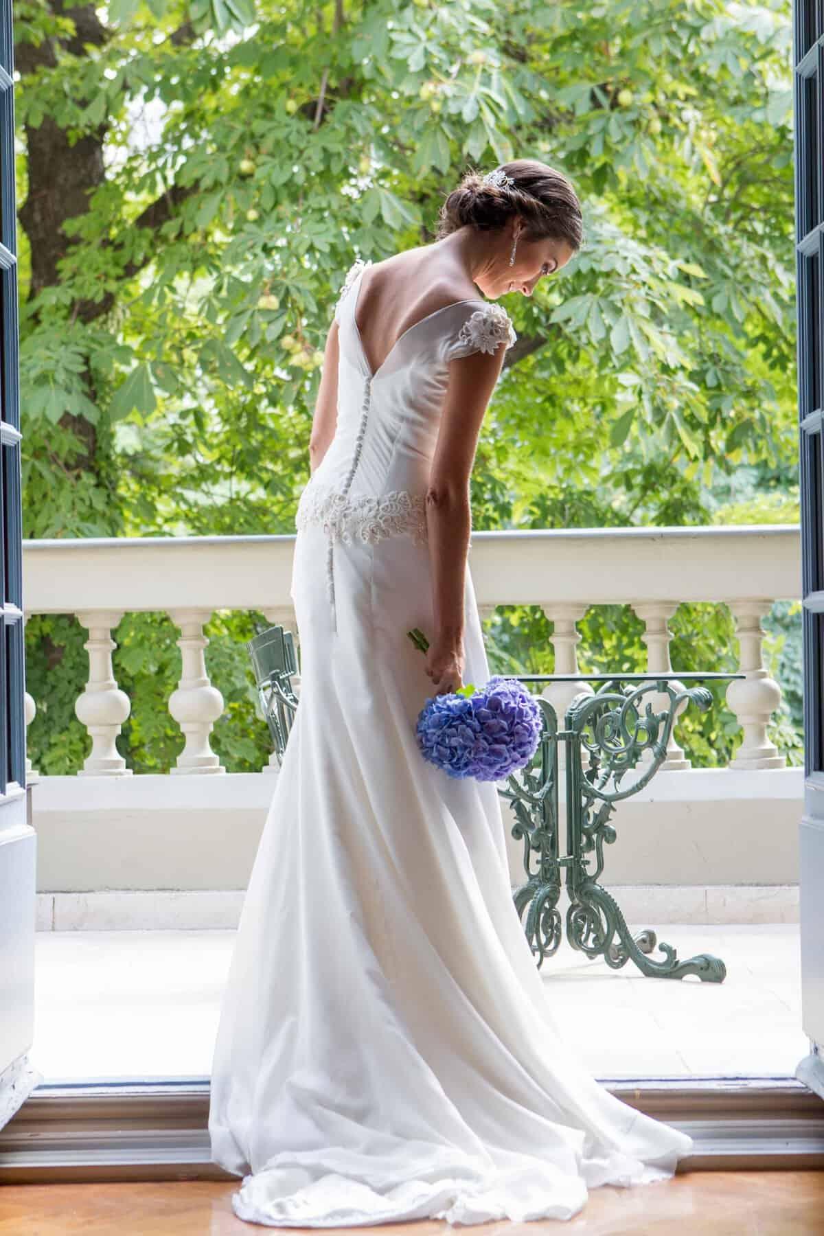 Vestido de novia con flores azules