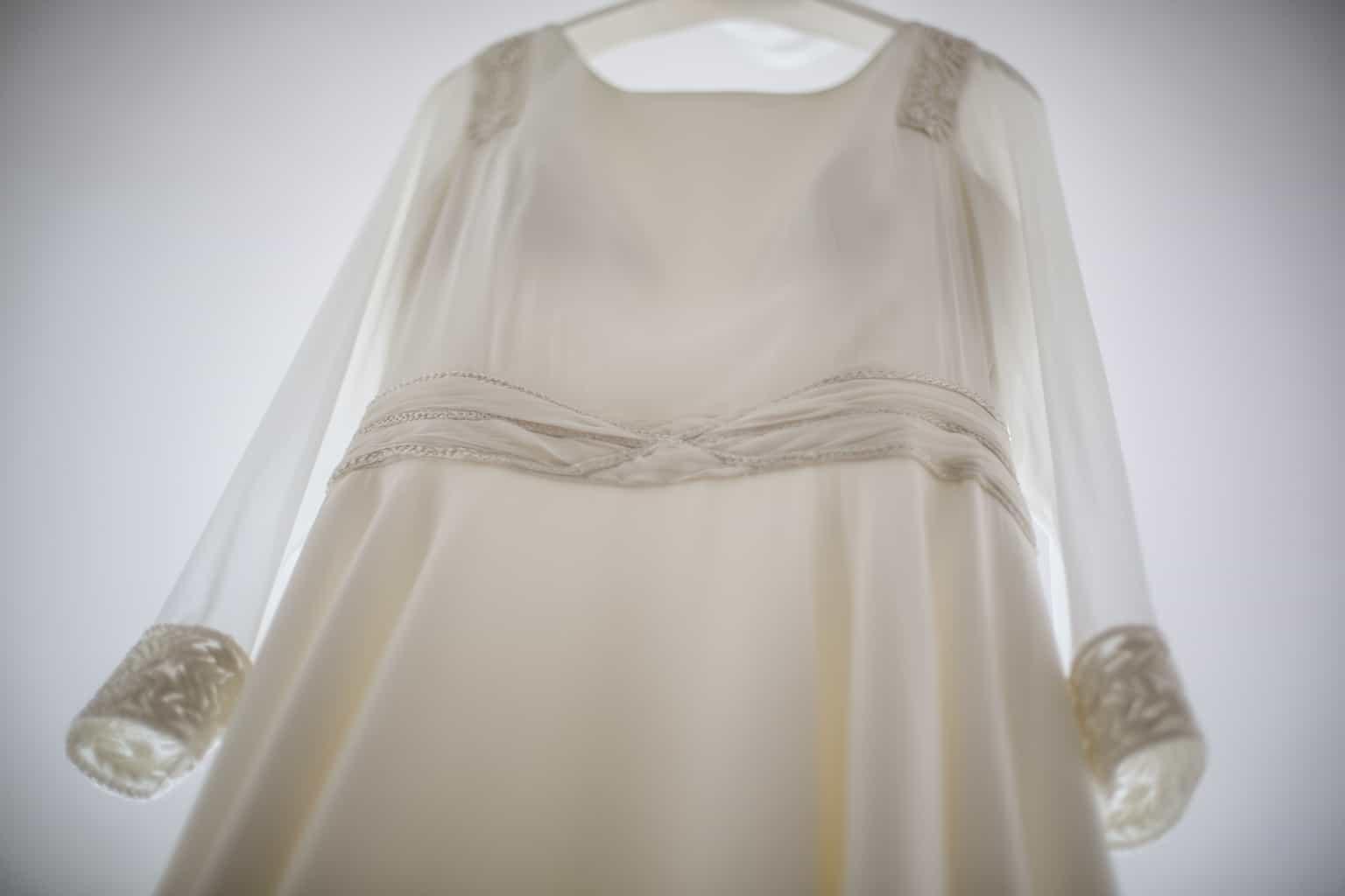 Bajo la falda 0079 falda gris tanga blanca de paseo culona parte 2 - 5 1