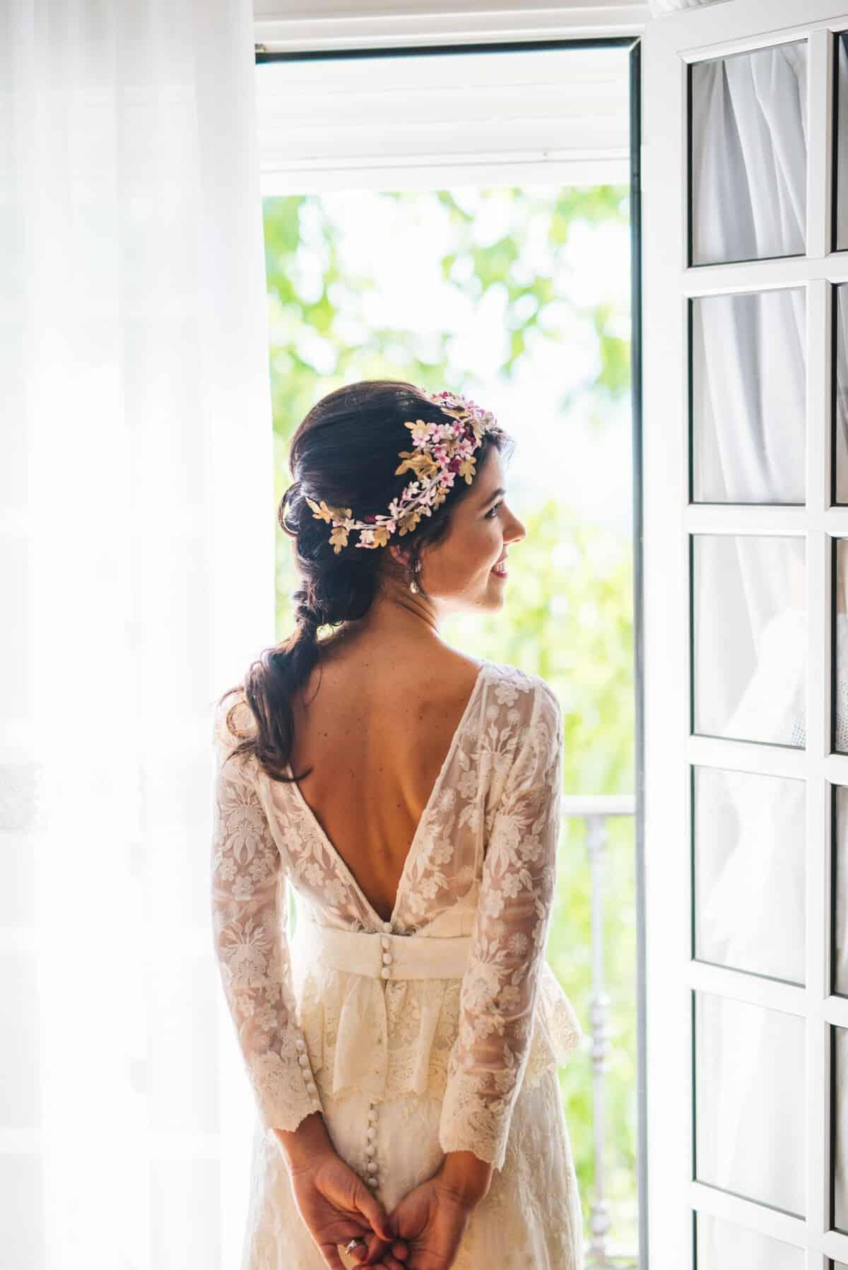 8d3a0b1b3 La novia optó por una trenza suave y un maquillaje con los labios en un  tono frambuesa a juego de la manicura y de los tonos del ramo de novia.