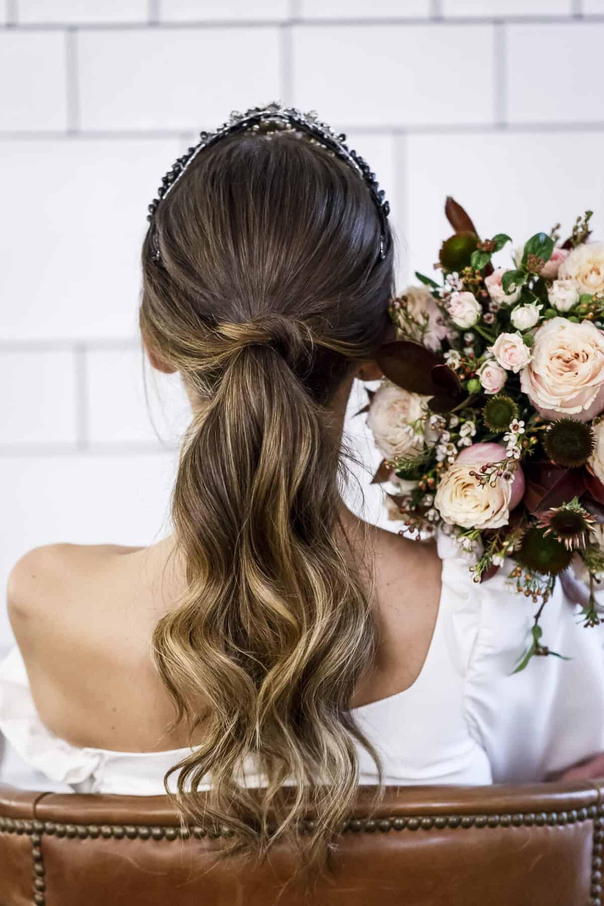 fb5d6edde El cruzadito de la coleta de Sarainstyle es un de los hits para novias que  más nos gusta!